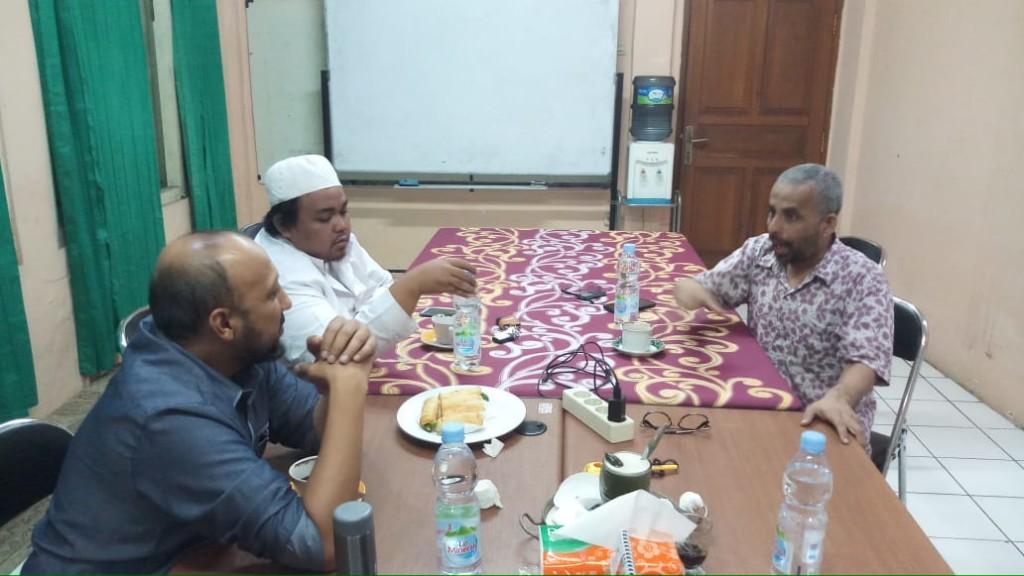 Ketua Pusdok Al-Irsyad Bogor ABDULLAH BATARFI (kanan) berbincang dengan sekretaris MAHYA  Abdul Hafidz Al-Attas dan Kepala Perpusatakaan Kanzul Hikmah, ABDUL KARIM